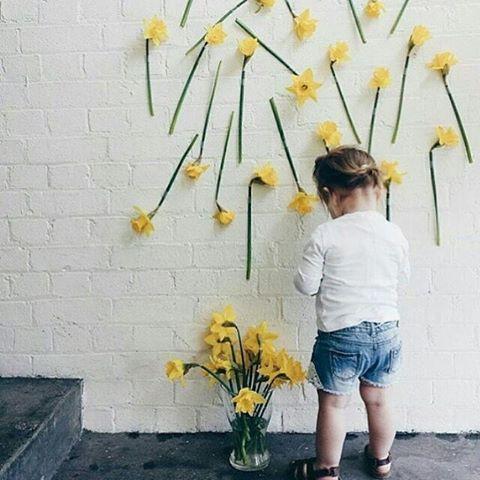 رمزية ورود صفراء مع بنت صغيرة